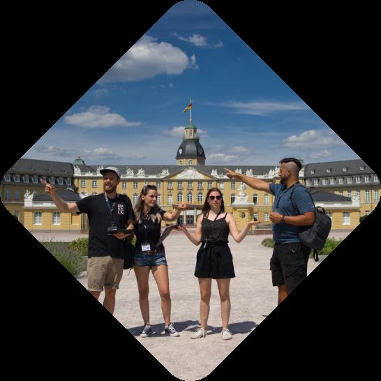 City Explorer Team vor Karlsruher Schloss